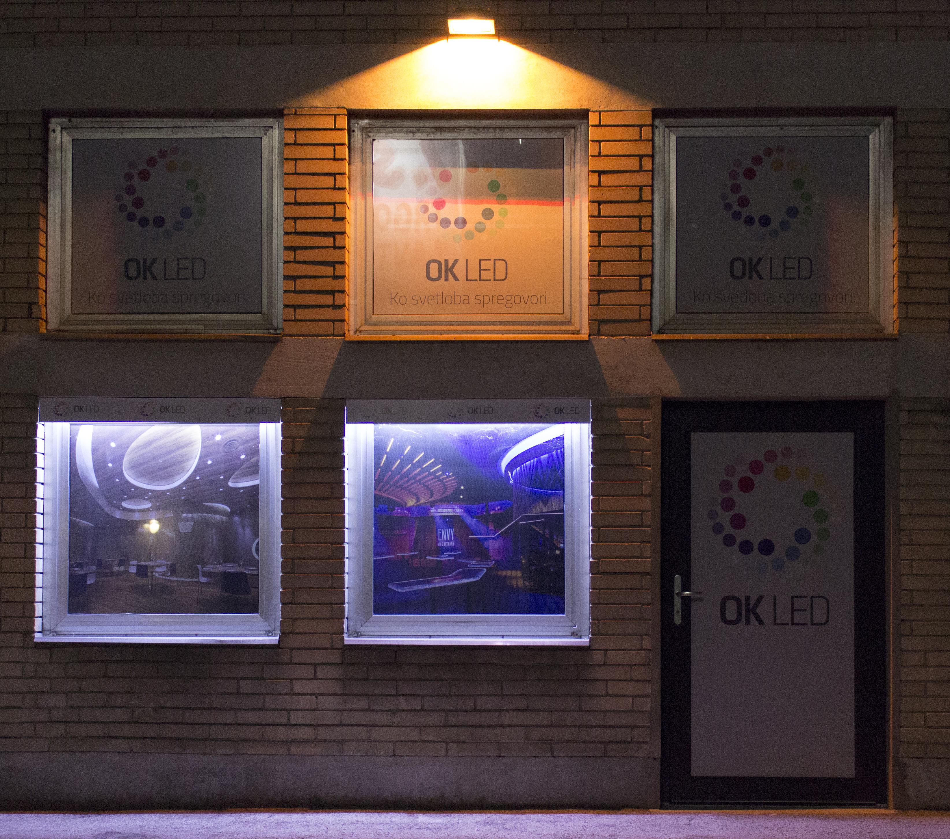 Osvetljen razstavni salon ponoči